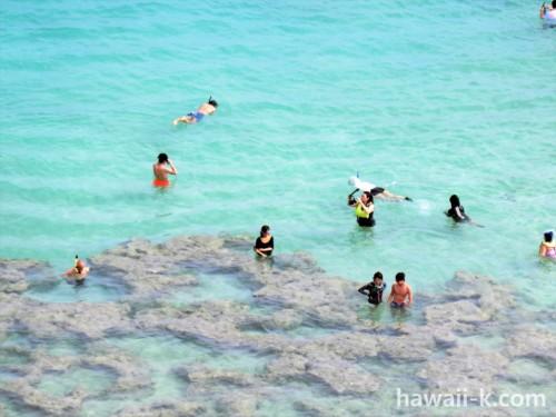 ハナウマベイで遊ぶ人々